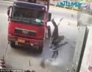 بالفيديو والصور: شاهد انفجار إطار شاحنة يقذف عامل الصيانة في الهواء.اح ما توقعت انفجار الكفر يسوي كذا