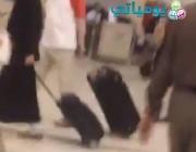 ⭕ مقطع لفتاة بلبس فاضح وبحالة غير طبيعية في مطار الرياض يثير جدلا.. ومصدر يكشف ملابساته