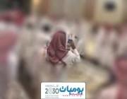بالفيديو.. شاب يمازح صديقه في حفل زفافه بحركة بذيئة.. ورد فعل غير متوقع من والد العريس!