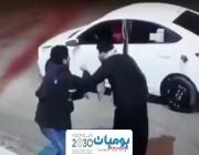 شرطة عسير تلقي القبض على شخصين ظهرا في فيديو وهما يعتديان على عامل محطة بنزين ويسلبانه ماله