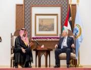 الرئيس الفلسطيني يُرحب ببعثة الأخضر ويُهدي المسحل درعًا تذكاريًا
