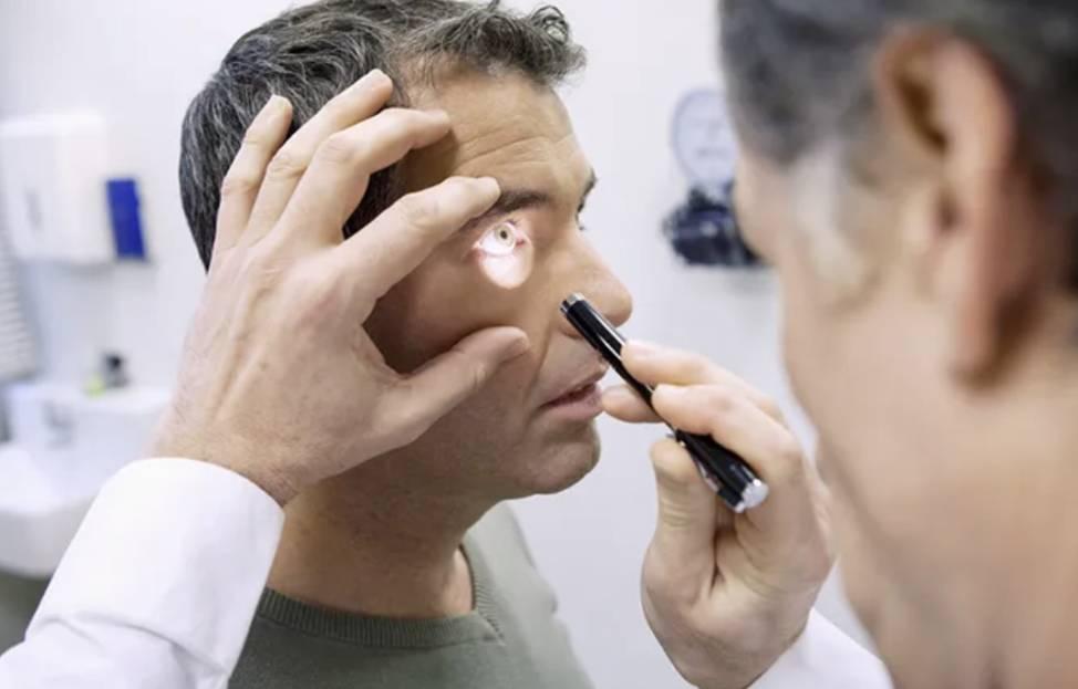 استشاري عيون: عند ظهور هذه الأعراض توجّه إلى الطوارئ فورًا